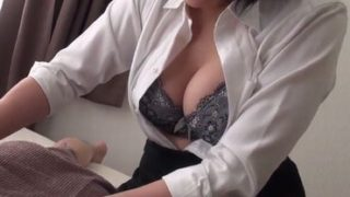 【xhamusatre 無修正】胸元を見せつけ誘惑してくるエステティシャンの熟女