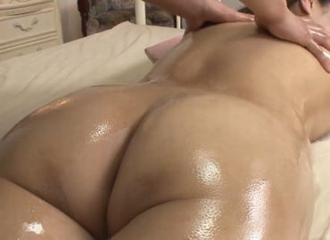 全裸でオイルマッサージを受ける人妻