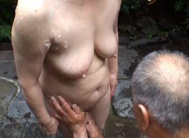 体を洗い合う熟年夫婦